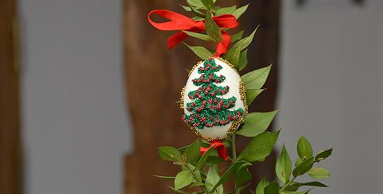decoracion-con-huevos-pintados-a-mano-arbol-de-navidad