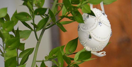 decoracion-con-huevos-pintados-a-mano-blanco