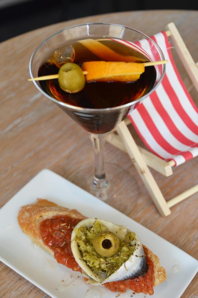 copa de vermut con pintxo de tomate confitado y boquerón